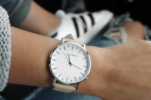 как се сверява часовник